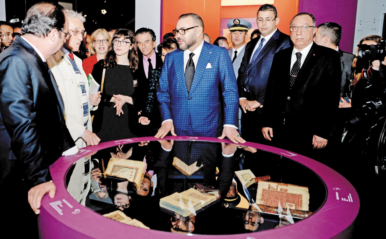 SM le Roi et le Président Hollande visitent l'IMA