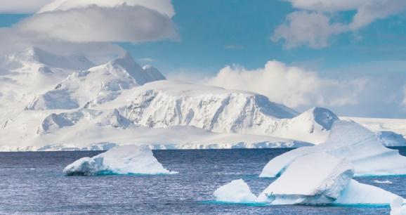 Découverte d'imposants reliefs sous la calotte antarctique