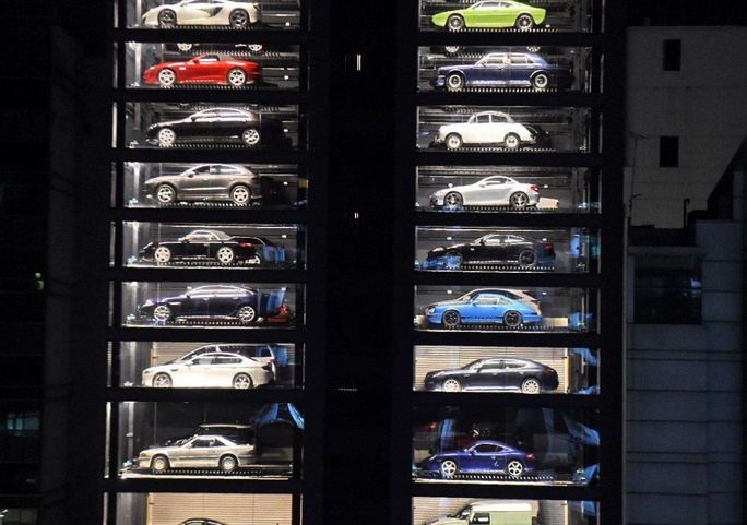 insolite distributeur automatique de voitures de luxe. Black Bedroom Furniture Sets. Home Design Ideas