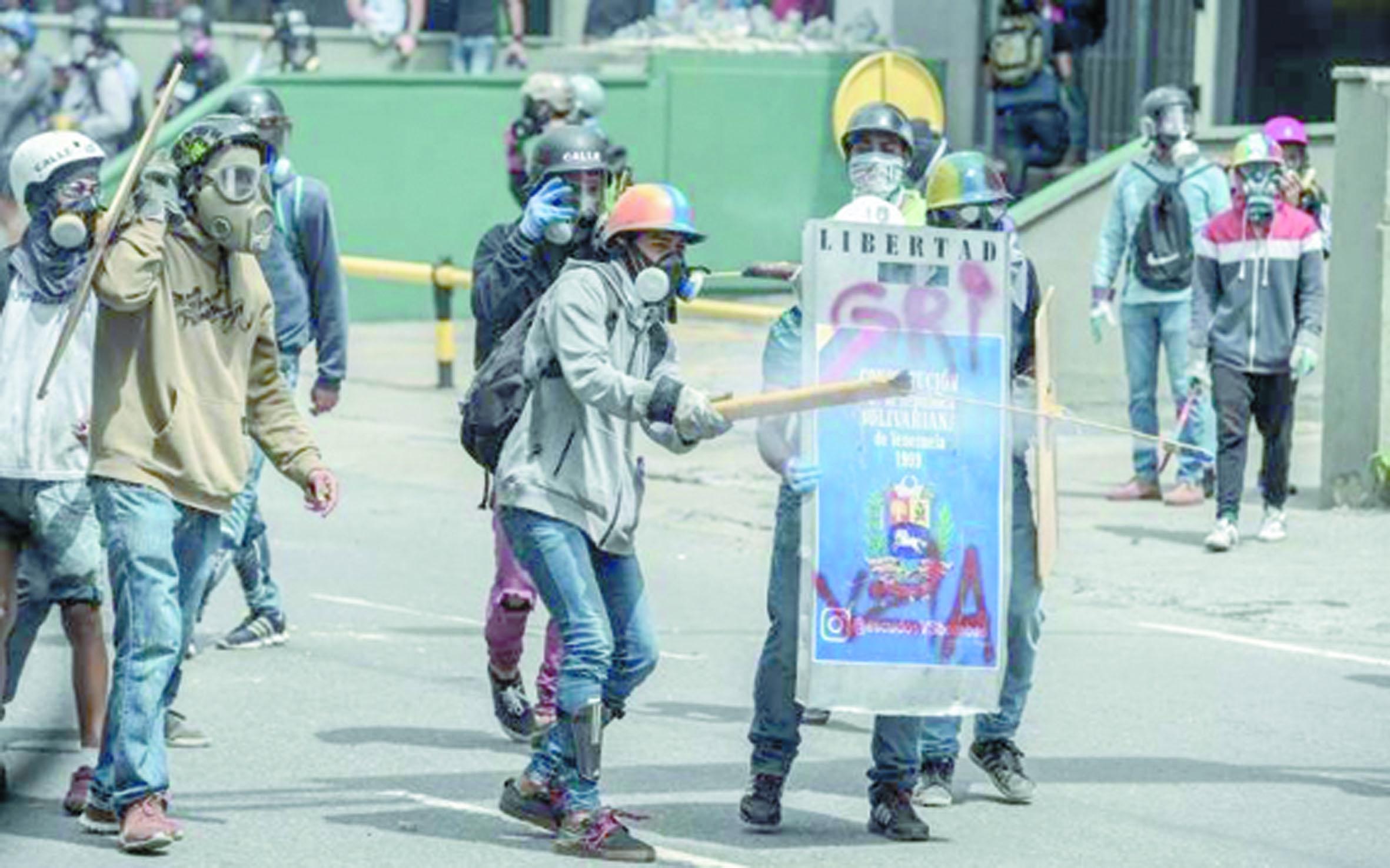 Maria, Manuel et Julio, manifestants cagoulés au Venezuela