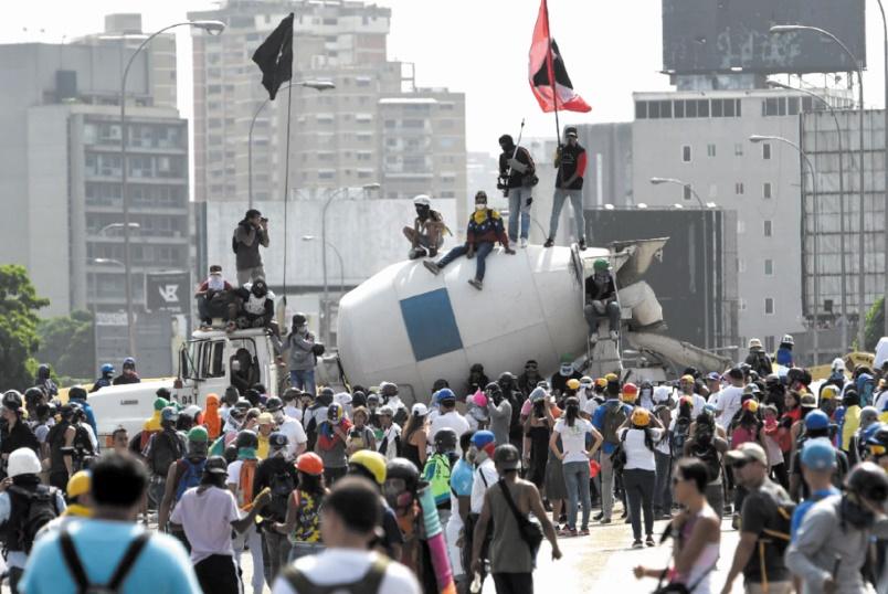 Maduro fait avancer son projet de constituante malgré l'opposition