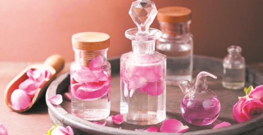 Les dix bienfaits de l'eau de rose au quotidien