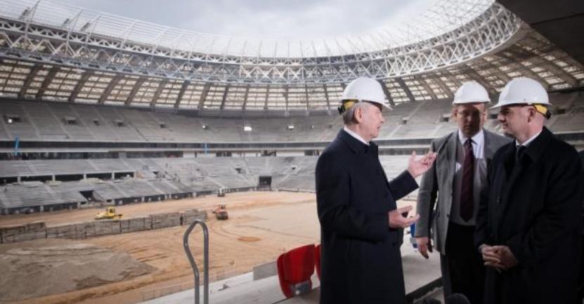 A un an du Mondial 2018, quelques retards et des interrogations