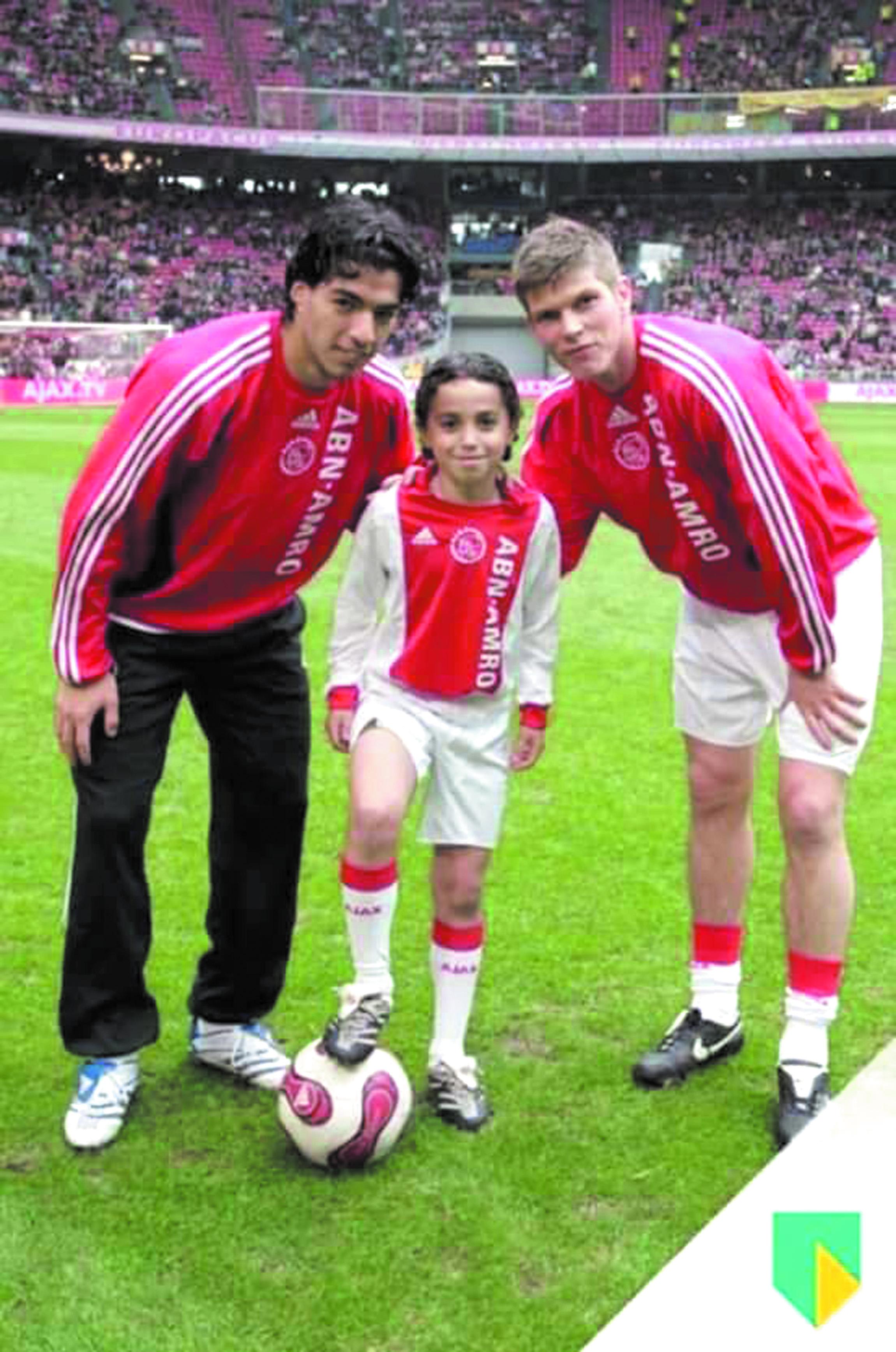 Nouri, enfant, aux côtés de Suarez et Huntelaar.