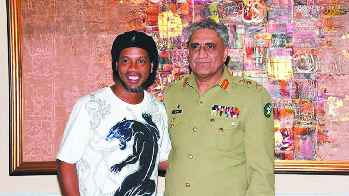 """Ronaldinho """"heureux"""" de promouvoir le foot au  Pakistan"""