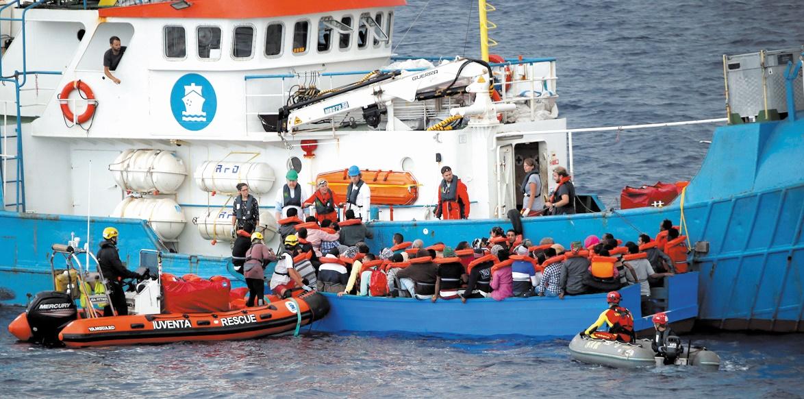 L'Italie durcit le ton contre les ONG qui secourent des migrants