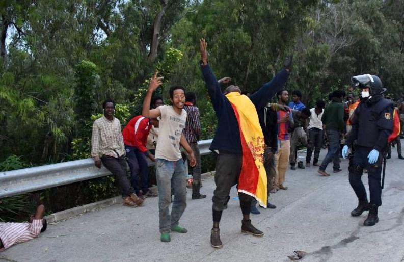187 migrants subsahariens forcent le passage vers Sebta
