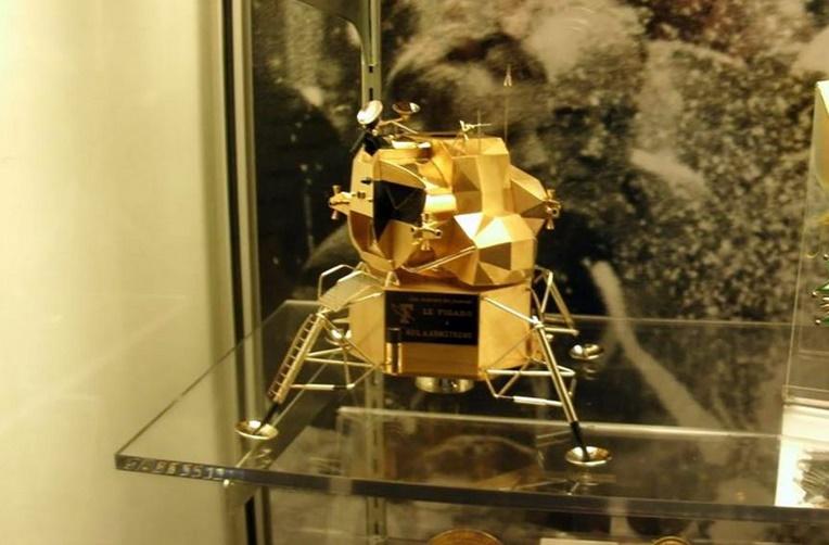 Vol d'une réplique en or du module lunaire de Neil Armstrong