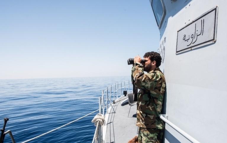 Un groupe armé libyen stoppe les départs de migrants
