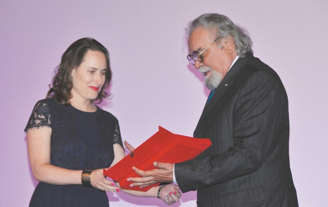 """Carla Simon,  réalisatrice de """"Été 93"""" recevant le premier prix des mains  du comédien  marocain  Mohamed Miftah   Ph : Zoulikha"""