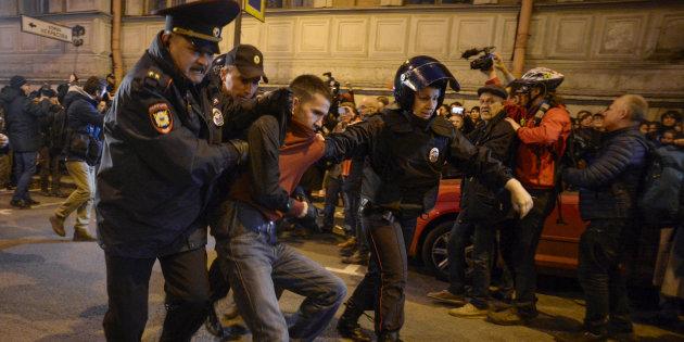 Au moins 270 arrestations lors de manifestations pour l'anniversaire de Poutine