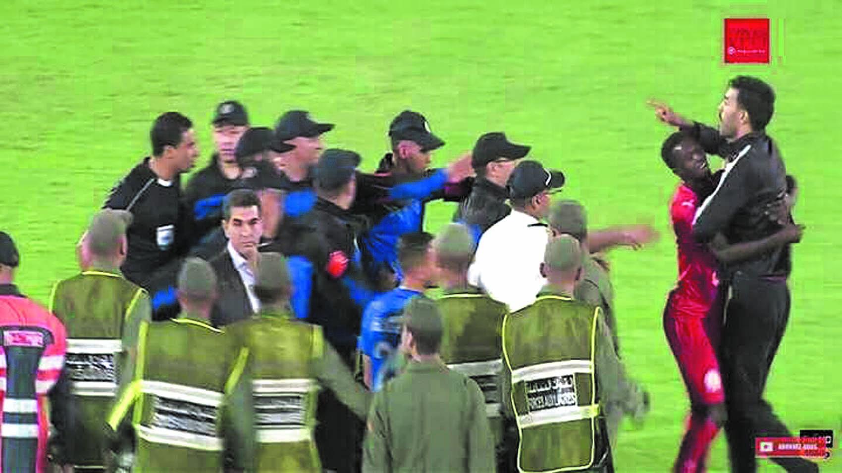 Le secrétaire général du KACM, Naïm Erradi, a vivement protesté contre l'arbitre Noureddine Jaafari qui a sifflé un penalty au temps additionnel pour l'IRT.