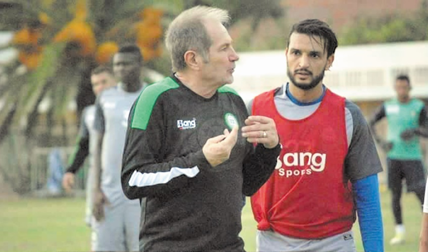 L'entraîneur de l'OCK Bernard Simondi en compagnie d'Aït Bihii.