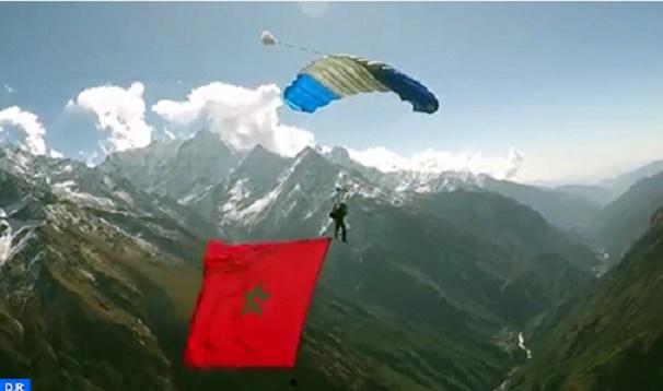 Anas Bekkali hisse le drapeau marocain sur l'Himalaya