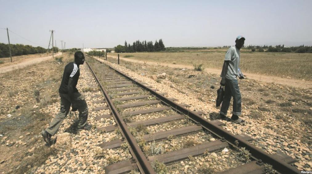 Extirpés du train et abandonnés en pleine nature.