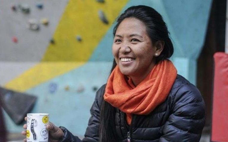 Au Népal, une Sherpa conquiert de nouveaux sommets