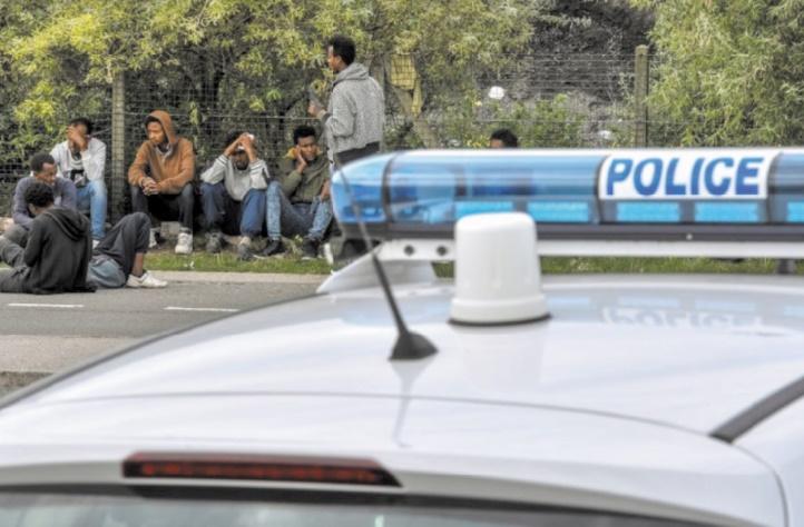 Après des rixes sanglantes, la France appelle les migrants à ne plus venir à Calais