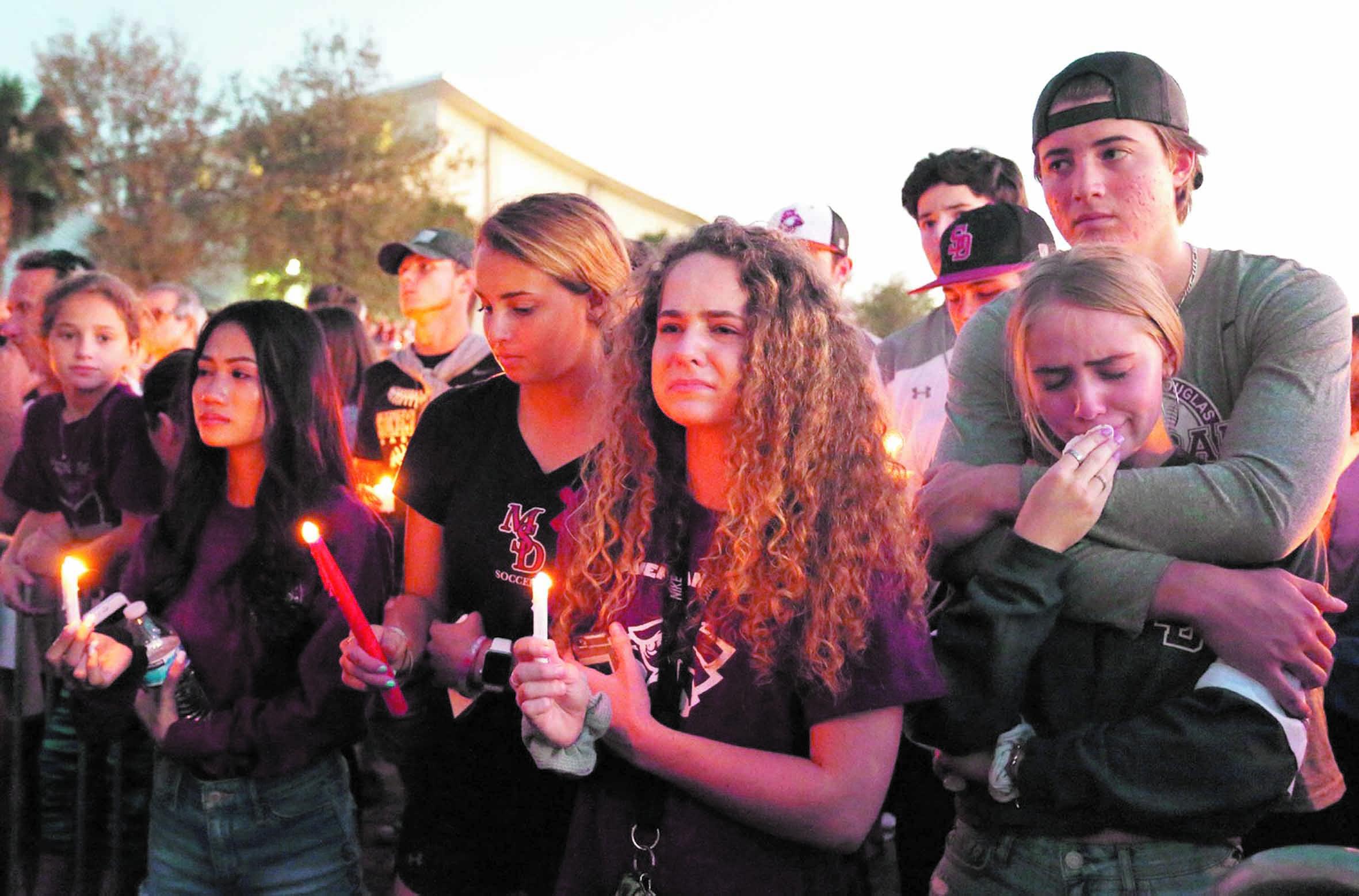 Trump amorce une inflexion sur les armes après le massacre en Floride