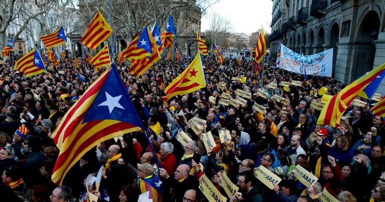 """Des indépendantistes catalans défilent pour """"la République maintenant"""""""