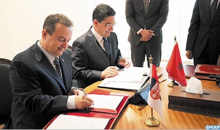Signature des accords par Nasser Bourita et Ivica Dacic.