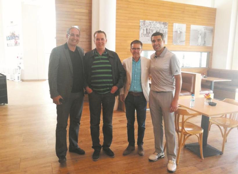 Badou Zaki et Noureddine Naybet entourant Abdelhakim Serrar et Rachid Malek, membres de la direction de l'USMA.    Ph :usma.dz
