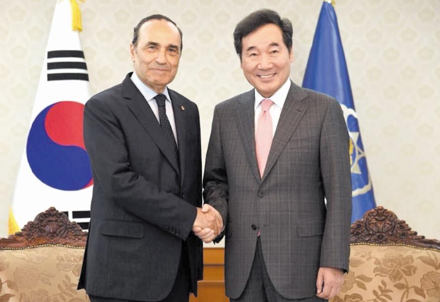 Poignée de main entre Habib El Malki et Lee Nak-yon.