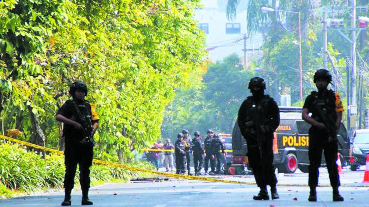 Attentats-suicide contre  des églises en Indonésie