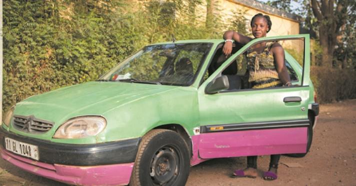 Biba, unique femme chauffeur de taxi à Ouagadougou