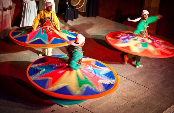 Un danseur égyptien de Tanoura emporte le public oujdi dans les méandres du chant soufi