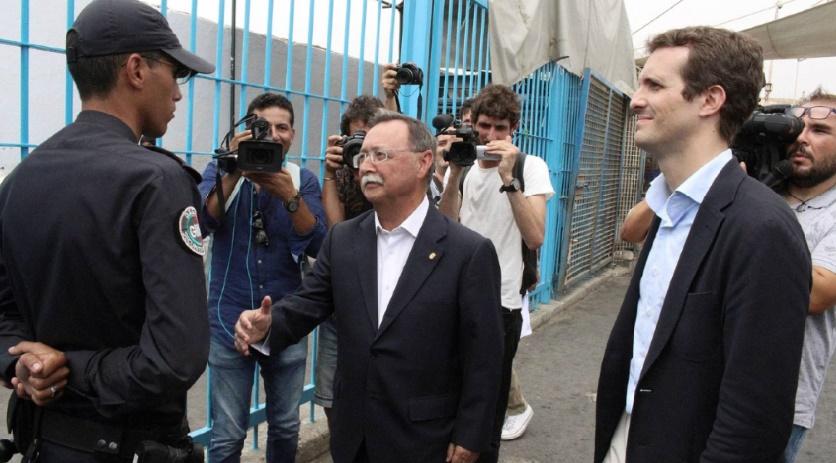 Un membre des forces de l'ordre marocaines refuse de saluer le président du préside occupé de Sebta Juan Jesús Vivas fortement critiqué et le policier encensé
