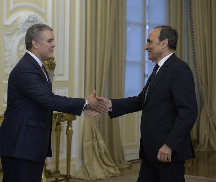 Le nouveau Président colombien, Ivan Duque Marquez, saluant le président de la Chambre des représentants.