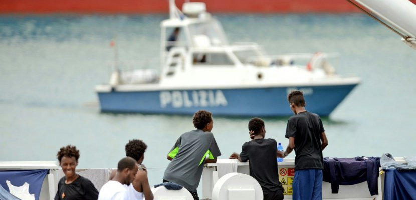 Les migrants débarquent du Diciotti