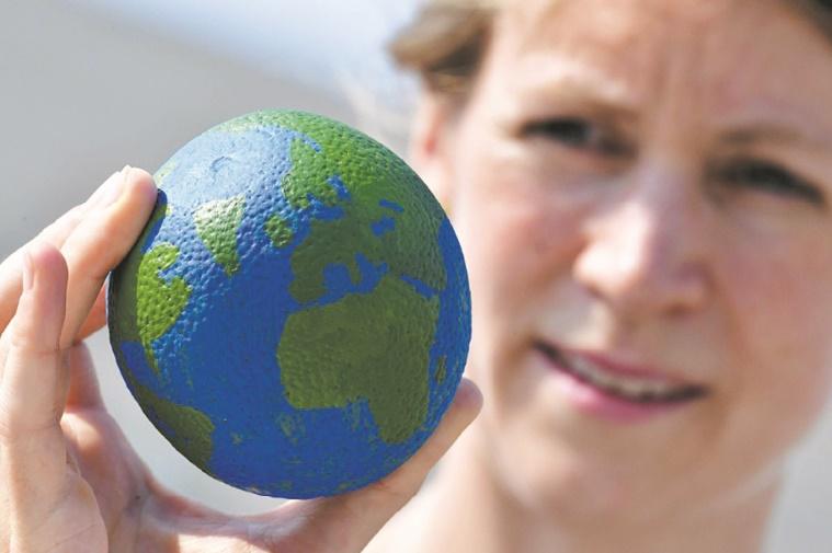 Delon, Aznavour, Patti Smith et d'autres personnalités lancent un appel pour la planète