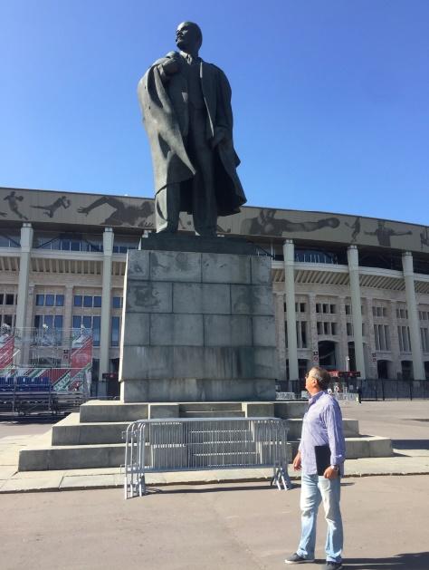 Mohamed Laroussi admiratif  à ce qu'il paraît devant la statue de Lénine. Chassez le marxisme- léninisme, il revient au galop.