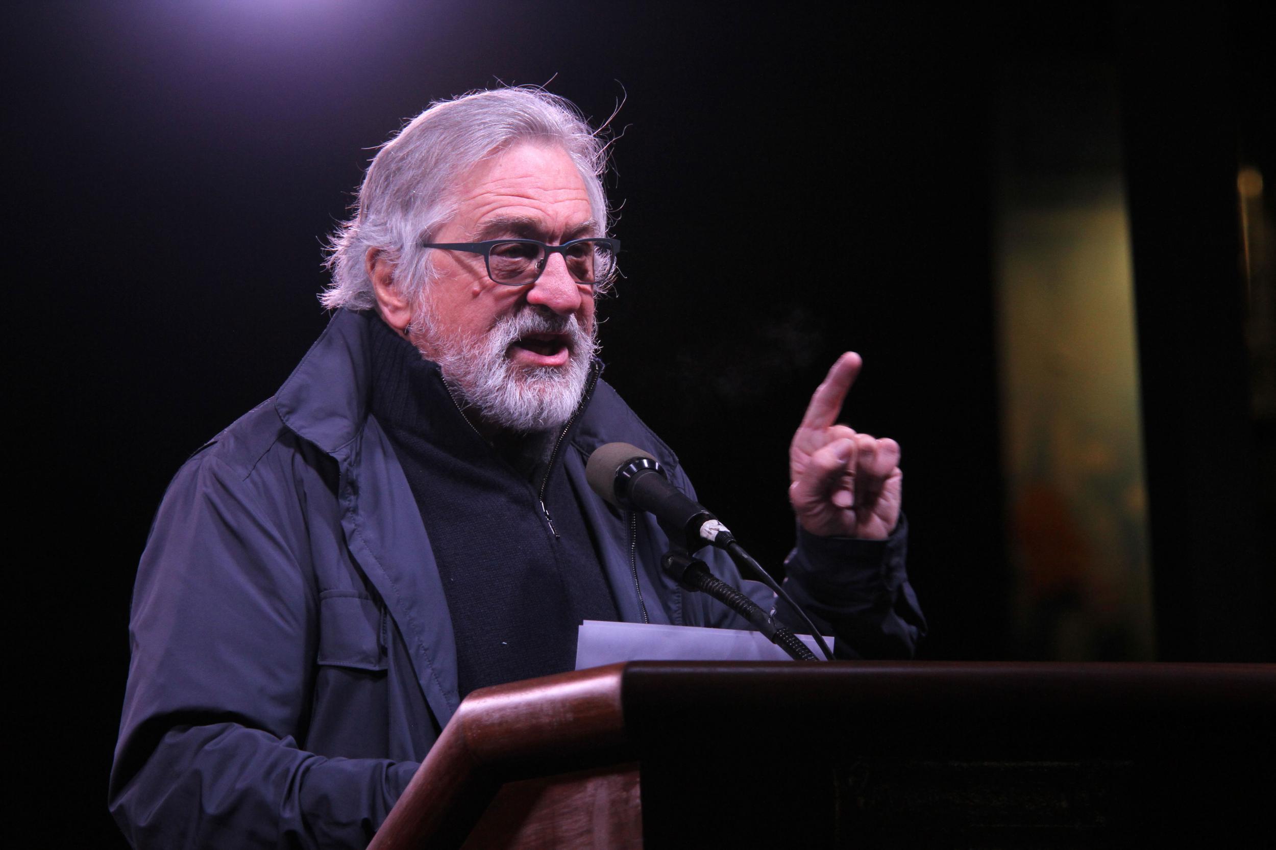 """De Niro: Un bulletin de vote est """"plus puissant que les bombes"""""""