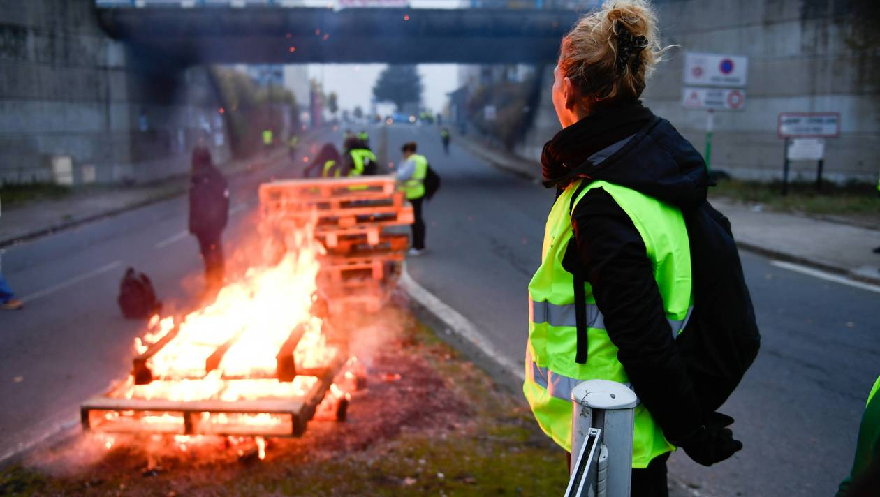"""Les manifestations des """"Gilets jaunes""""  ont fait un mort et plus de 400 blessés"""