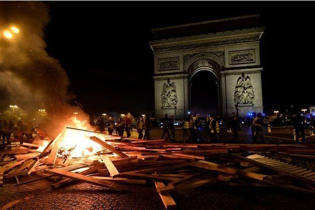 Macron exprime sa honte et dénonce les violences aux Champs Elysées