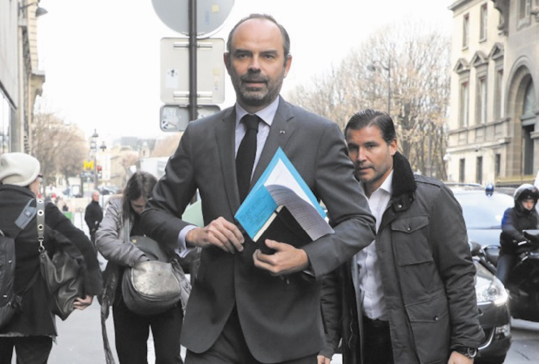 Acculé, le gouvernement français fait une première concession sur les taxes