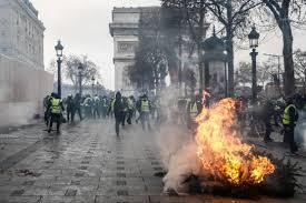 """Après une mobilisation des """"Gilets jaunes""""  en léger recul, l'attente d'annonces de Macron"""