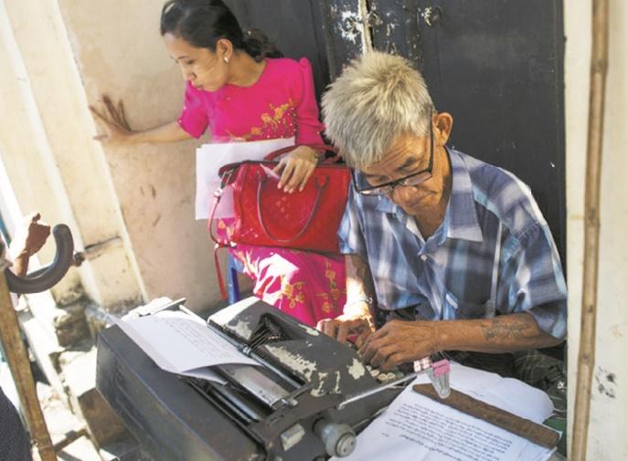 Nettoyeur d'oreilles, écrivain, plombier, les métiers de rue résistent à Rangoun