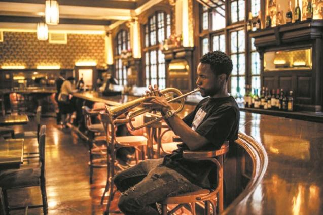 A Johannesburg, le Rand Club hérité de l'époque coloniale cherche à se refaire une image