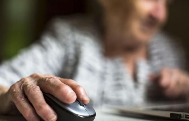 Les internautes plus âgés partagent davantage d'infox
