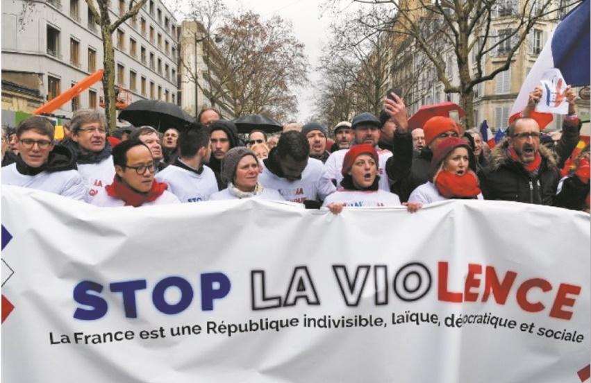 """10.000 """"foulards rouges"""" défilent à Paris pour défendre la démocratie et les institutions"""