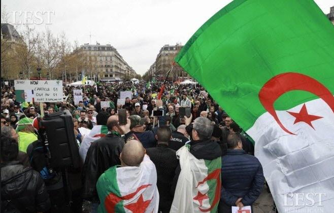 Manifestation de milliers d'Algériens de France pour réclamer un vrai changement de régime