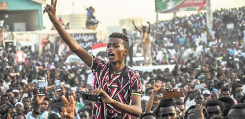 Une foule immense déferle à Khartoum pour réclamer un pouvoir civil