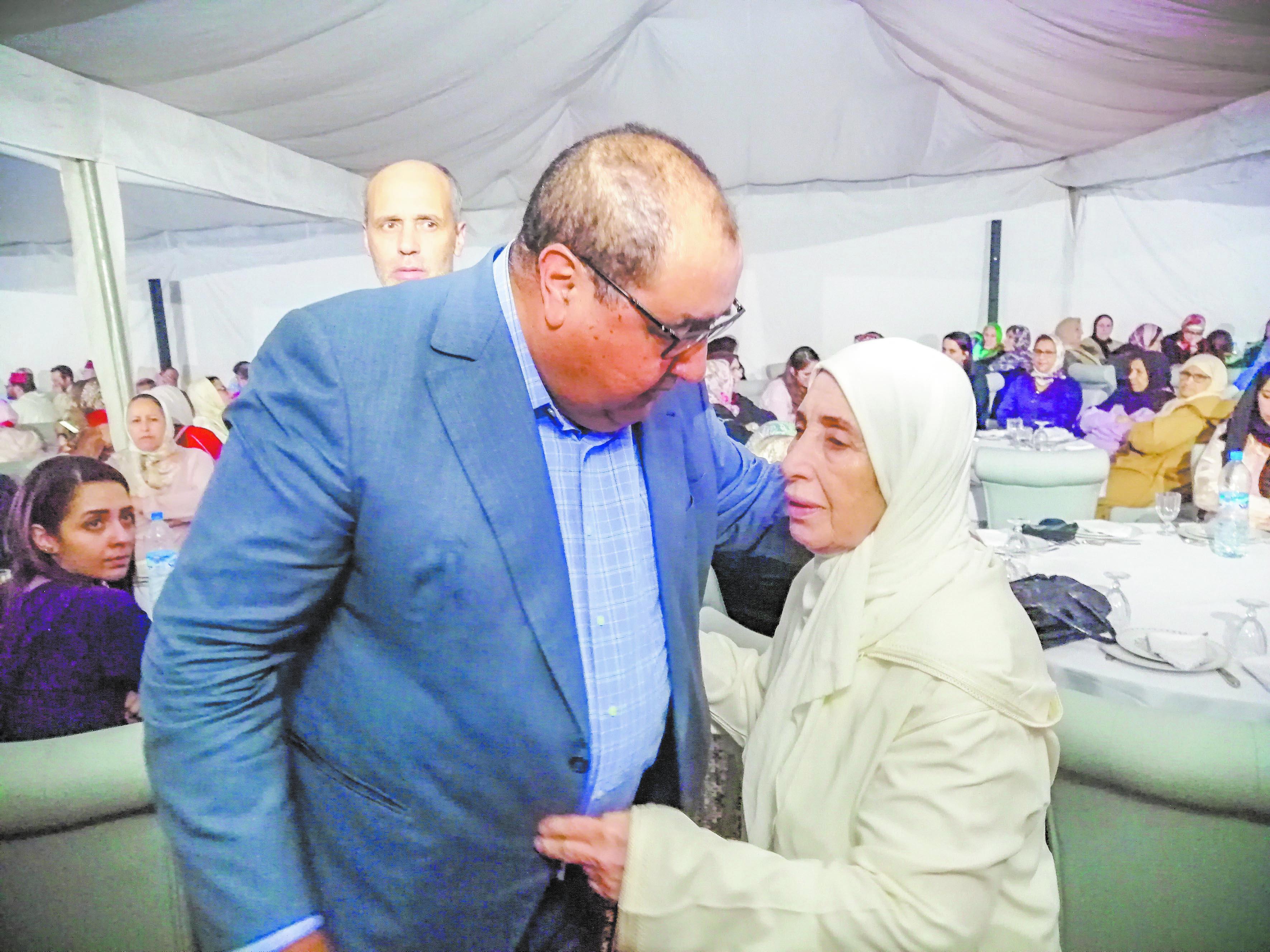 Le Premier secrétaire de l'USFP, Driss Lachguar réconfortant l'épouse du regretté Mohamed Kamili Benhammou.
