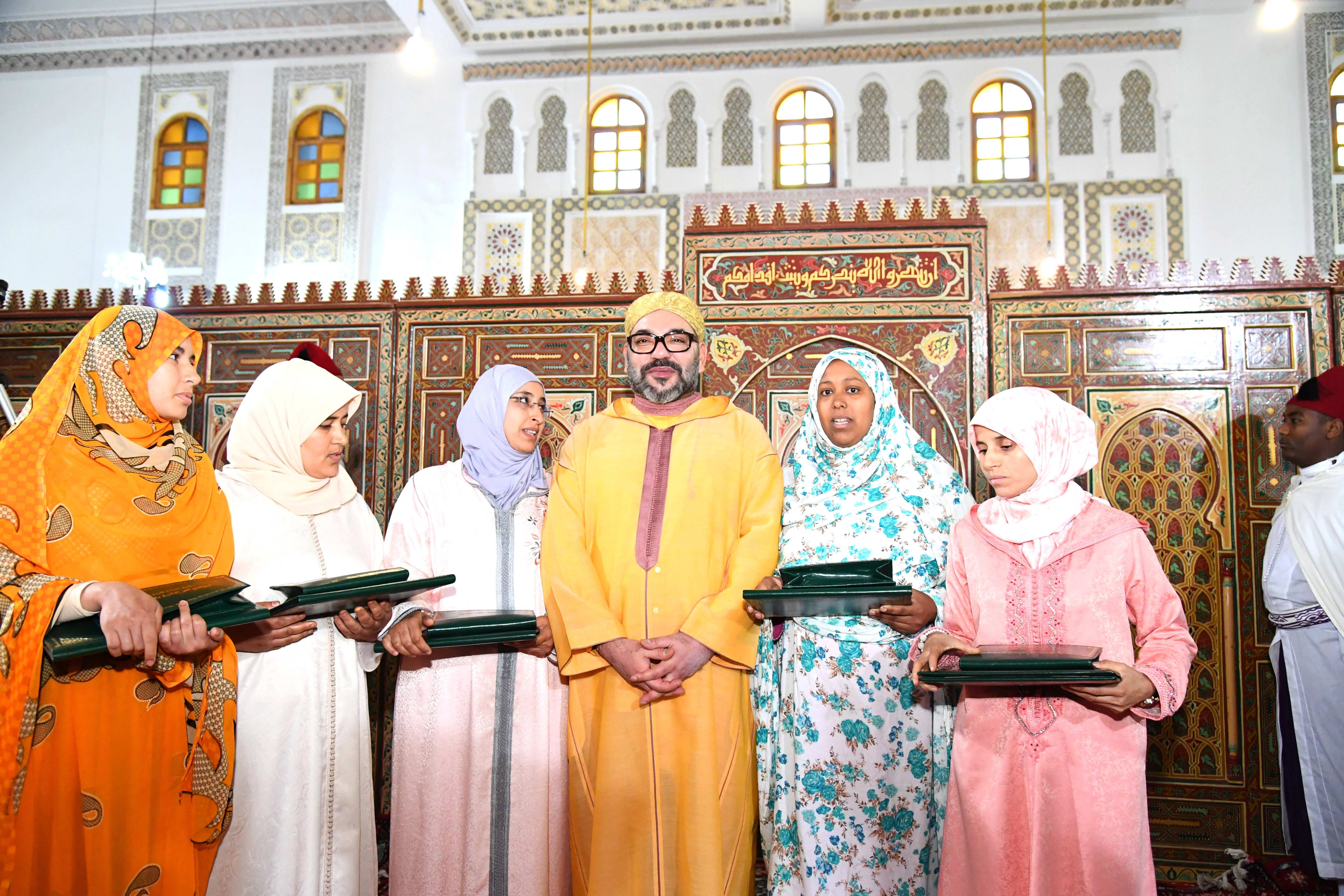 S.M le Roi remet le Prix Mohammed VI aux majors du  Programme de lutte contre l'analphabétisme dans les mosquées