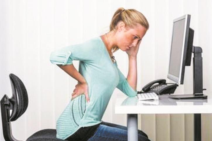 Rester droit toute la journée favoriserait le mal de dos