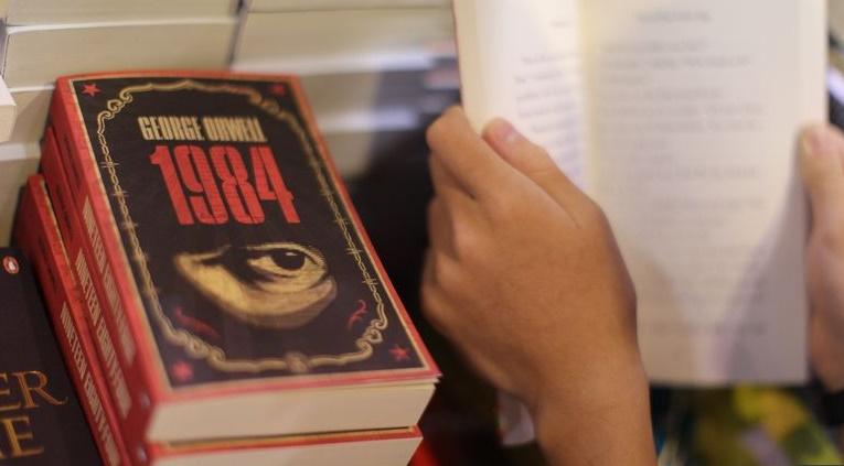 """70 ans après sa parution, """"1984"""" fascine toujours les lecteurs"""
