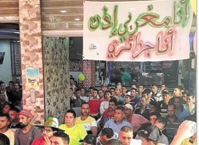 Après l'élimination du Onze national, les supporteurs marocains n'ont pas tergiversé pour faire leur choix. Ils sont tous pour la sélection algérienne, comme en témoigne cette photo prise dans un café de la place.  En tout cas, les Fennecs sont bien partis pour réussir leur CAN.